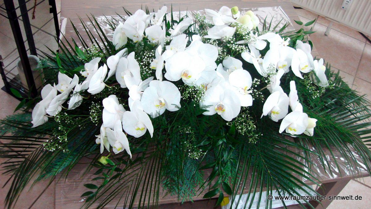 Sargschmuck mit weißen Orchideen (Phalaenopsis)