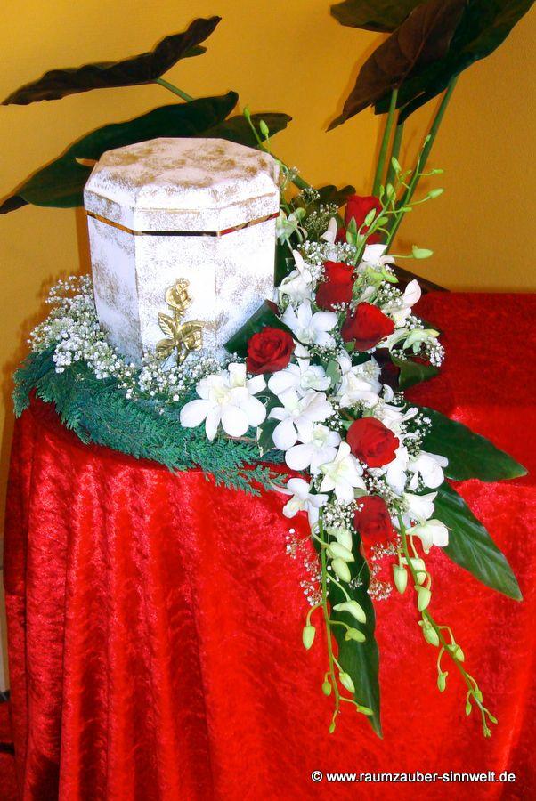 Urnenschmuck mit Orchideen (Dendrobien) und Rosen
