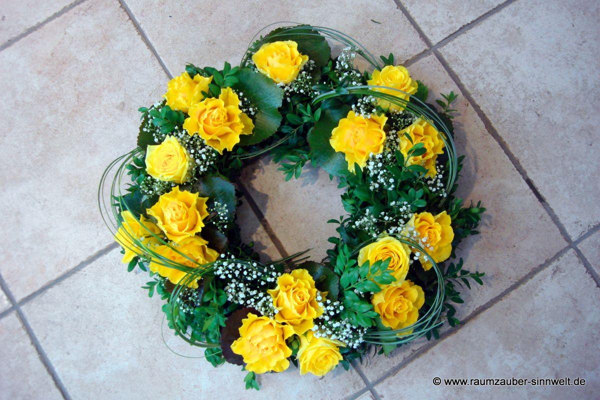 Urnenschmuck mit gelben Rosen