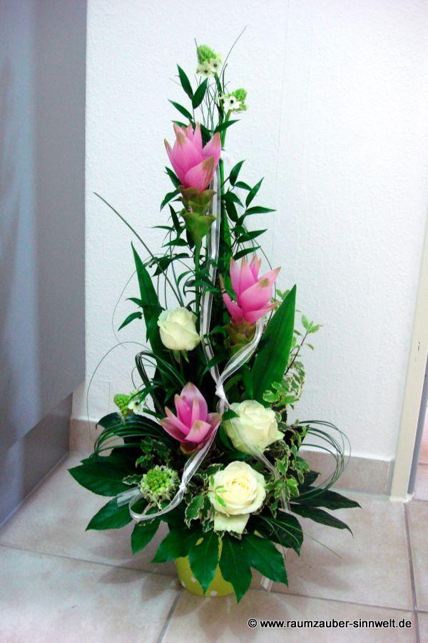 Buffetdekoration mit Lilien und Rosen