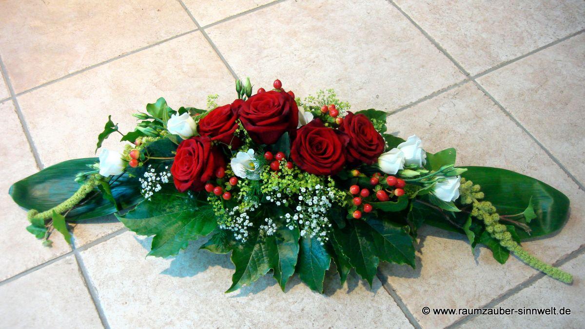 Tischdekoration mit Rosen, Amaranthus, Lisianthus und Hypericum