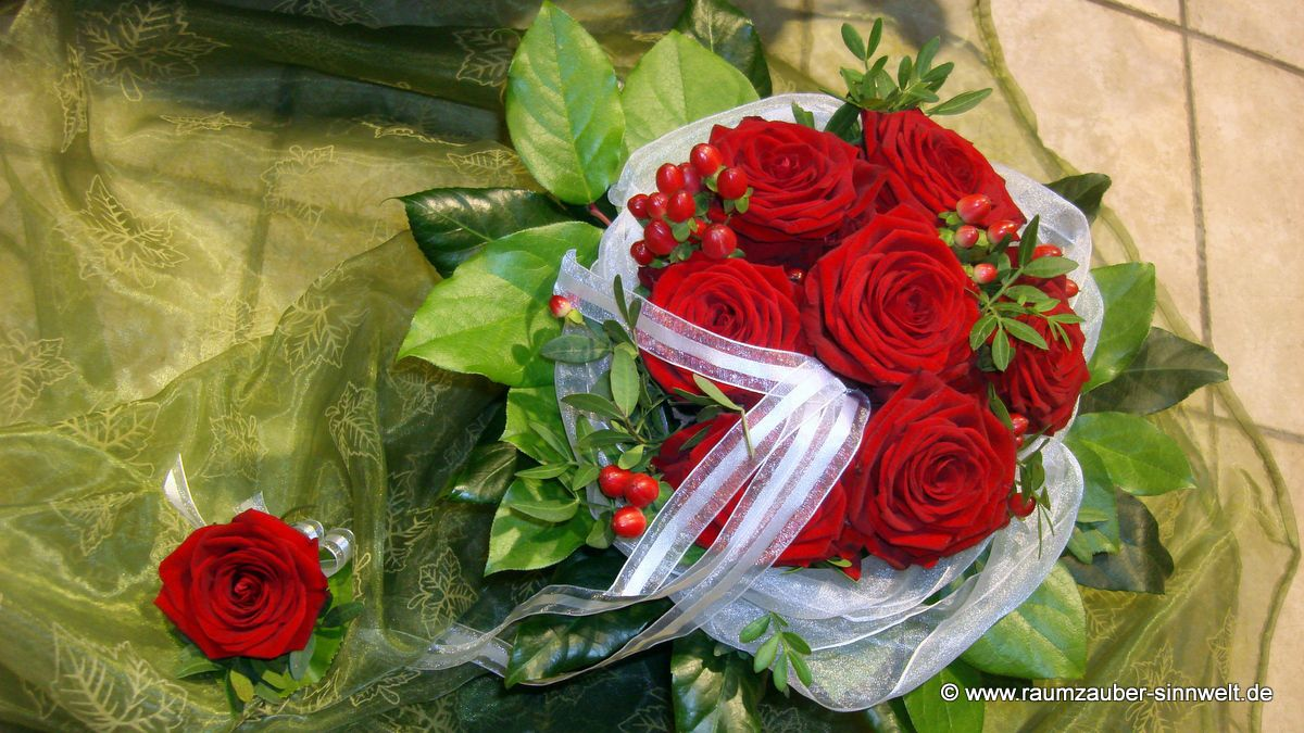Brautstrauß und Herrenanstecker mit Rosen und Hypericum
