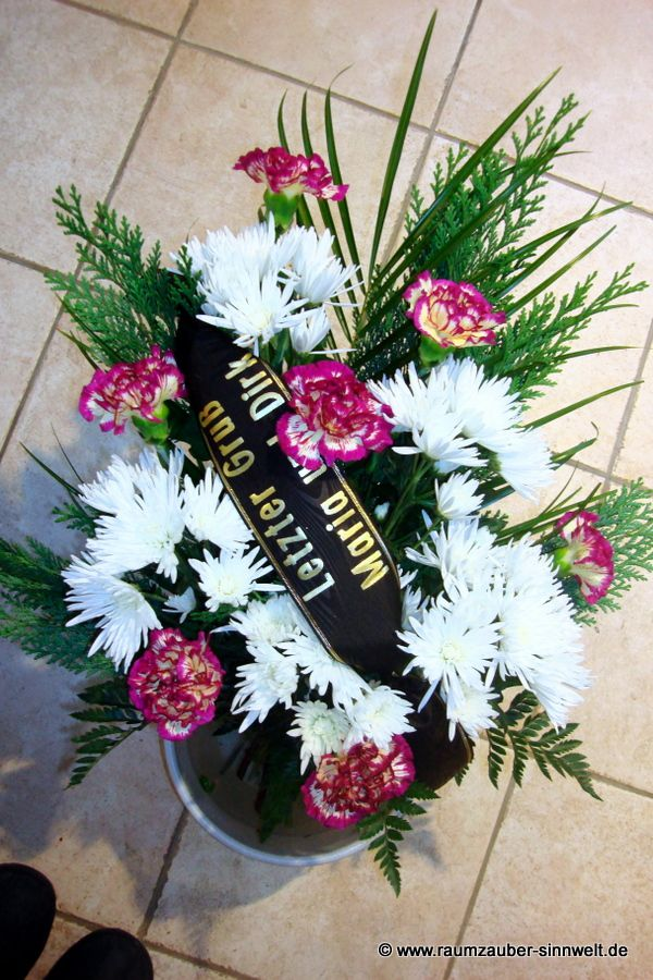 Trauerstrauß mit Nelken und Chrysanthemen