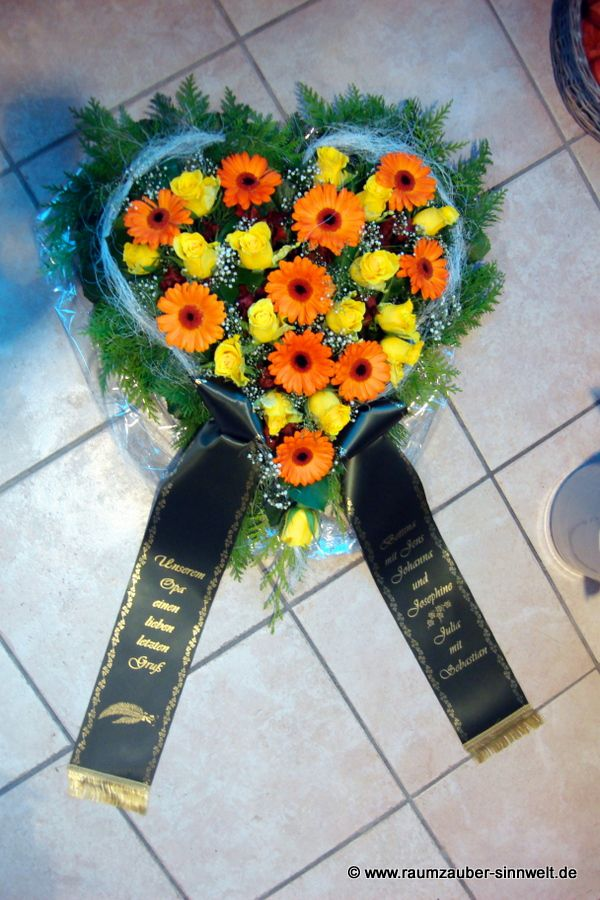 Trauerherz mit Rosen und Gerbera