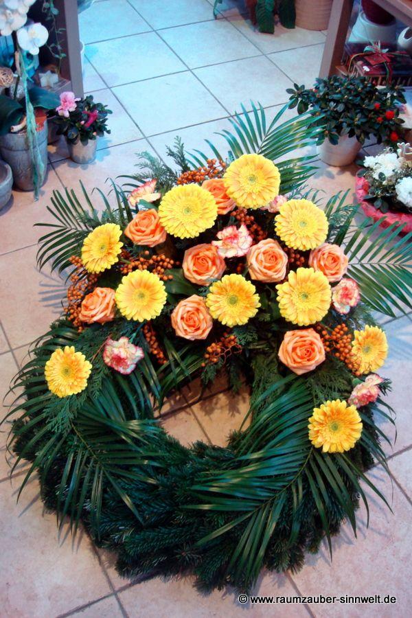 Trauerkranz mit Rosen, Nelken und Gerbera