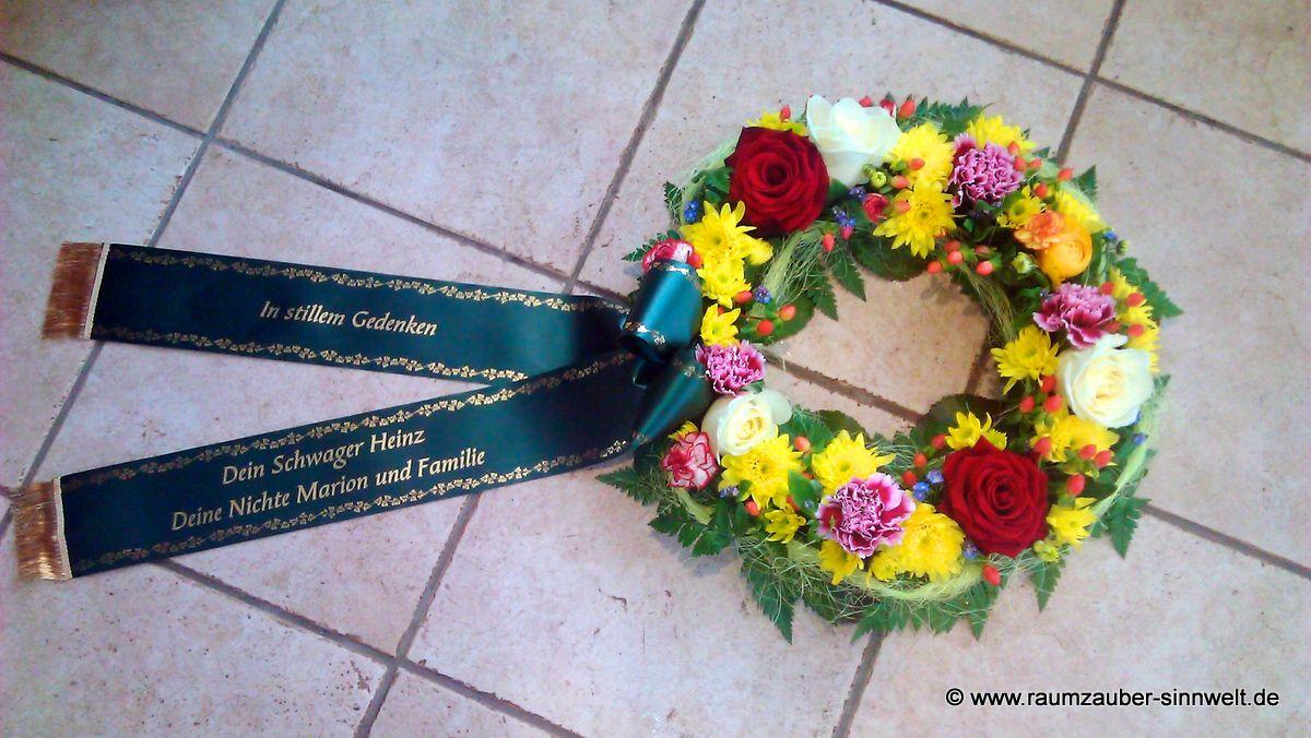 kleiner Trauerkranz mit bunten Sommerblumen