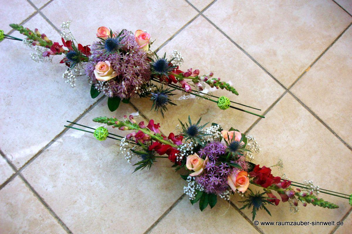 Tischdekoration mit Löwenmaul, Allium, Rosen und Disteln