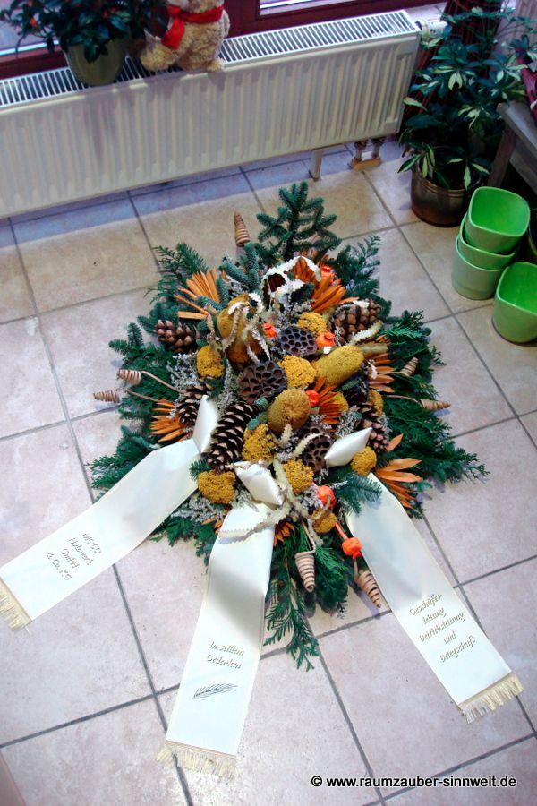 winterliches Trauergesteck mit Banksien, Lotus und Mohn