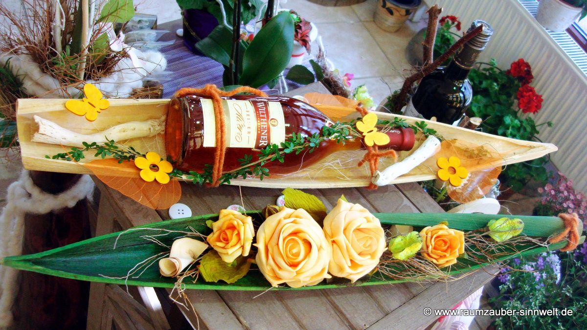 Weinbrand und Dekoration im Bananenblatt