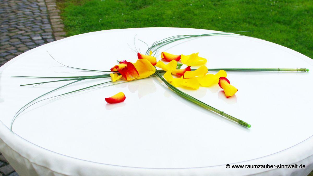 Tischdekoration mit Rosenblüten