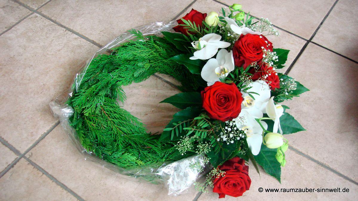 Urnenschmuck mit roten Rosen und Orchideen (Phalaenopsis)