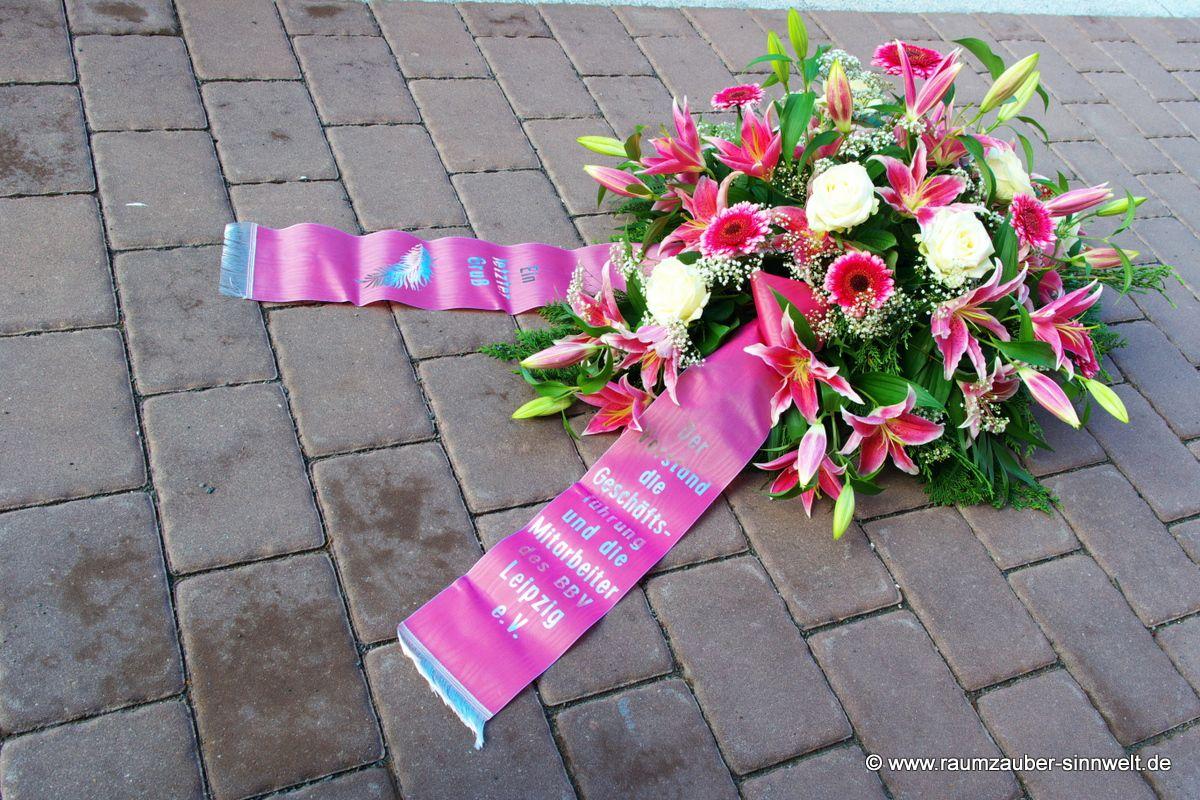 Trauergesteck mit Lilien, Rosen und Gerbera