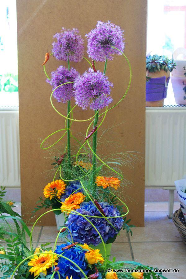 Tischdekoration mit Gerbera, Hortensien und Allium