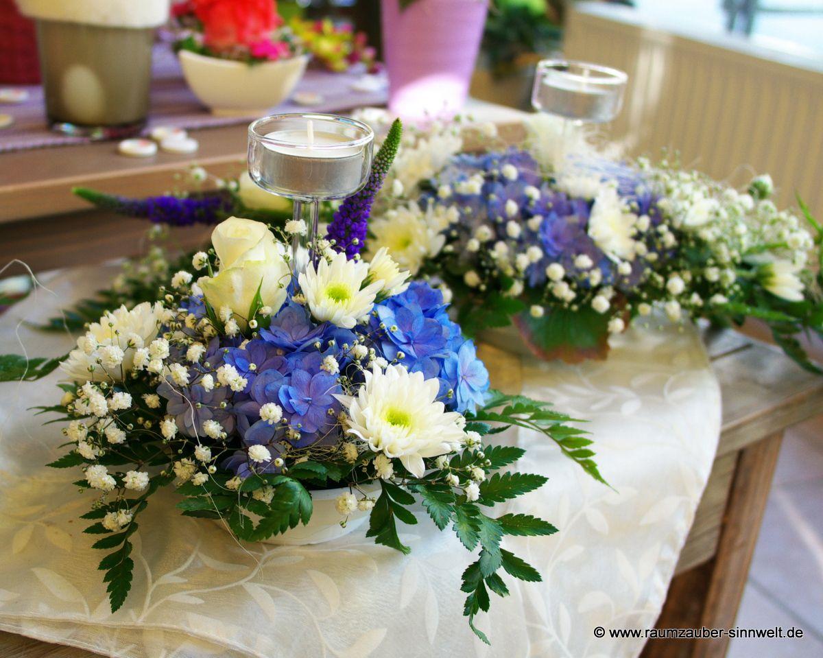 Tischdekoration mit Hortensien, Chrysanthemen und Teelichtern