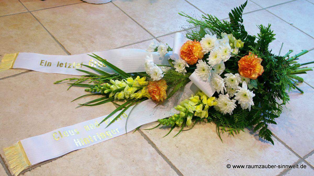 Trauerstrauß mit Löwenmaul, Nelken und Chrysanthemen