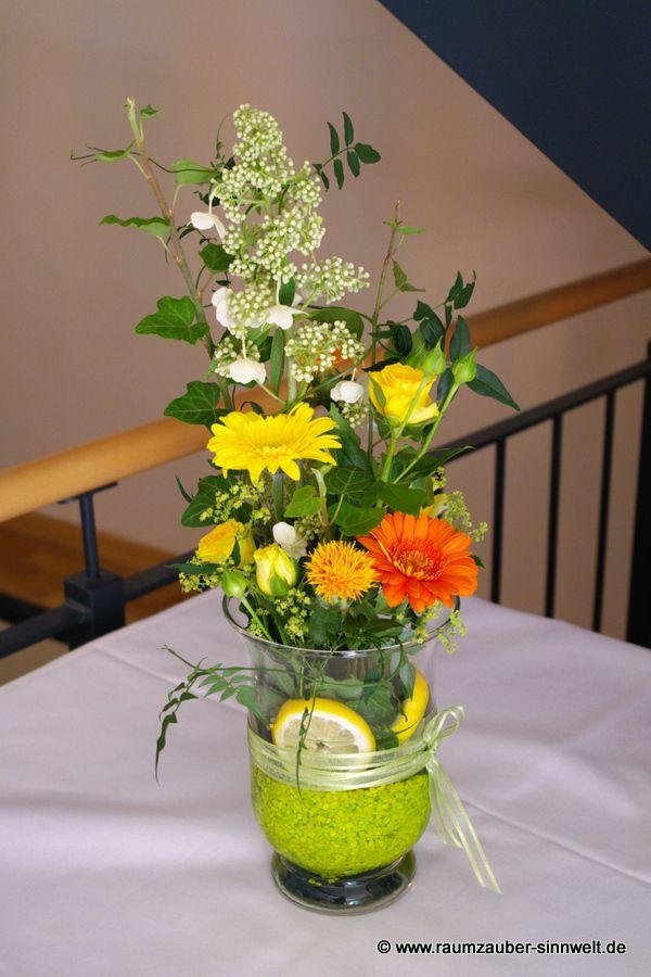 Buffetdekoration mit Rispenhortensien, Gerbera und Rosen