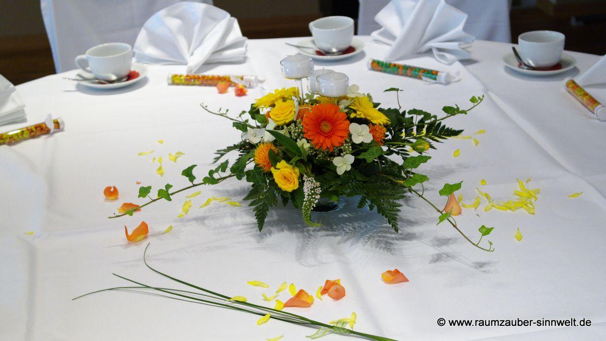 Tischdekoration mit Rosen, Gerbera und Teelichtern