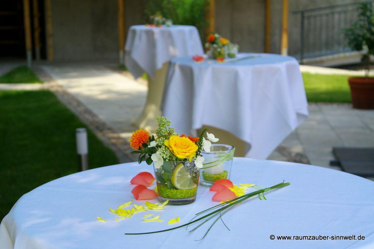 Tischdekoration mit Rosen, Gerbera und Zitronenscheiben