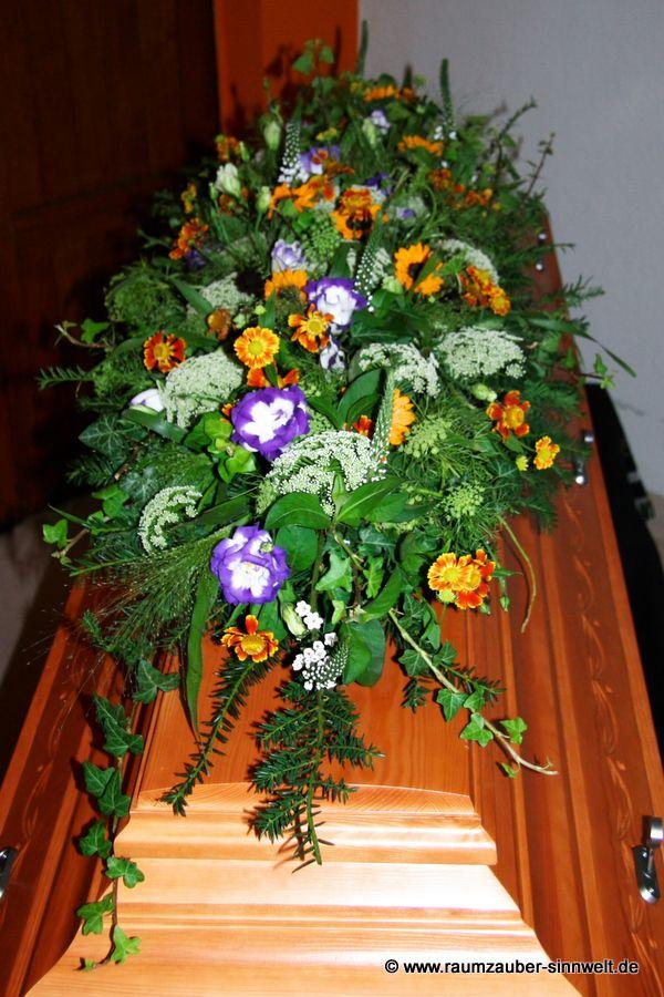 Sargschmuck mit Sonnenblumen, Dill, Eustoma und Rudbeckia