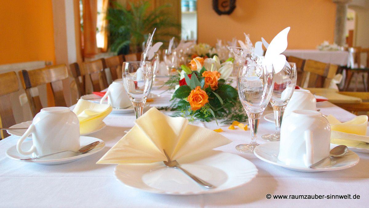 Tischdekoration mit Rosen und Lilien
