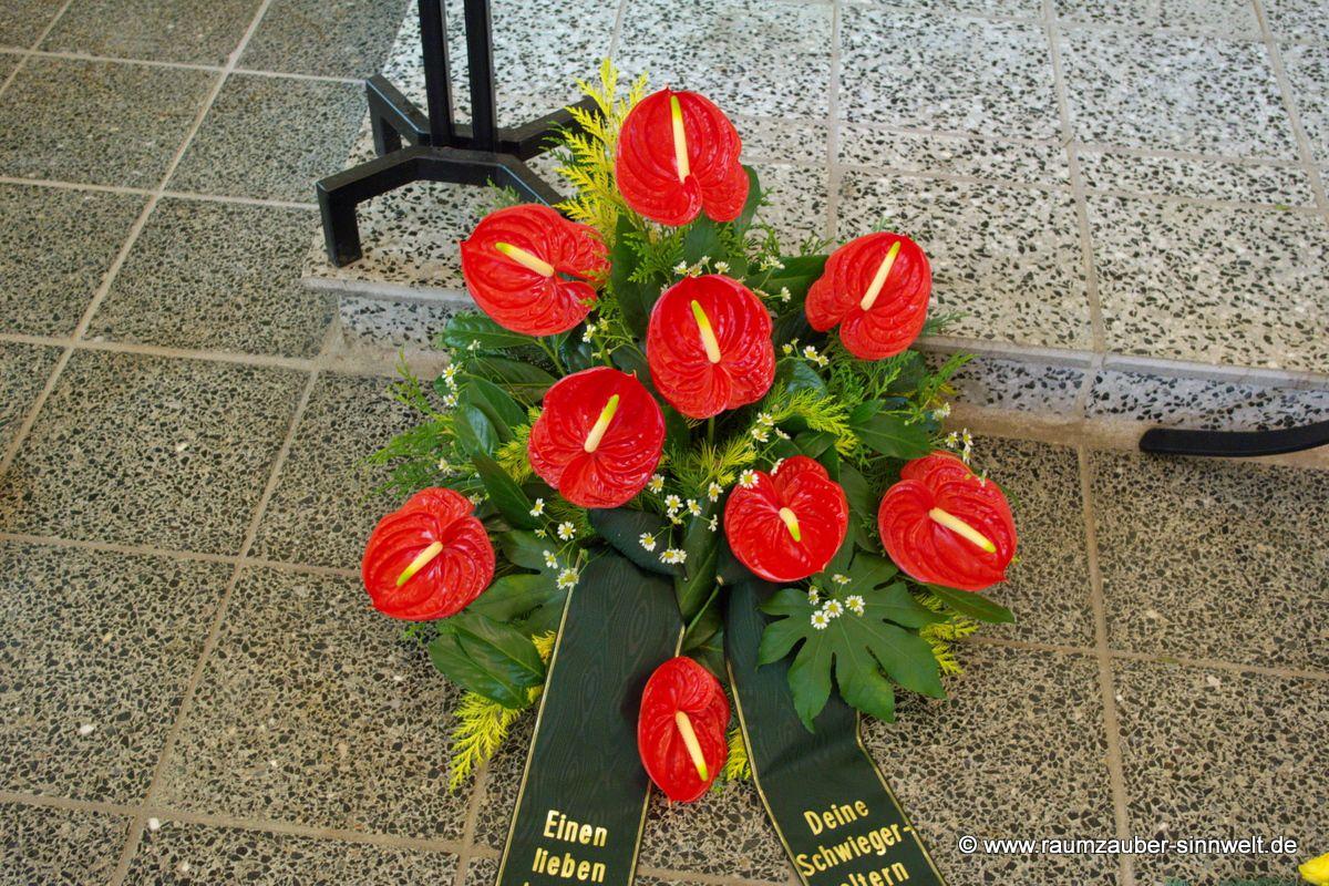 Trauergesteck mit roten Anthurien