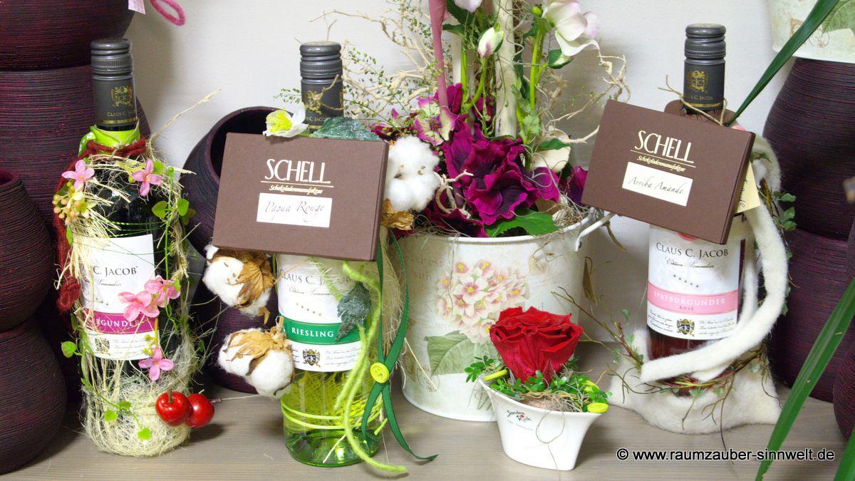 dekorierte Weinflaschen mit Schokoladen aus der SCHELL Schokoladenmanufaktur