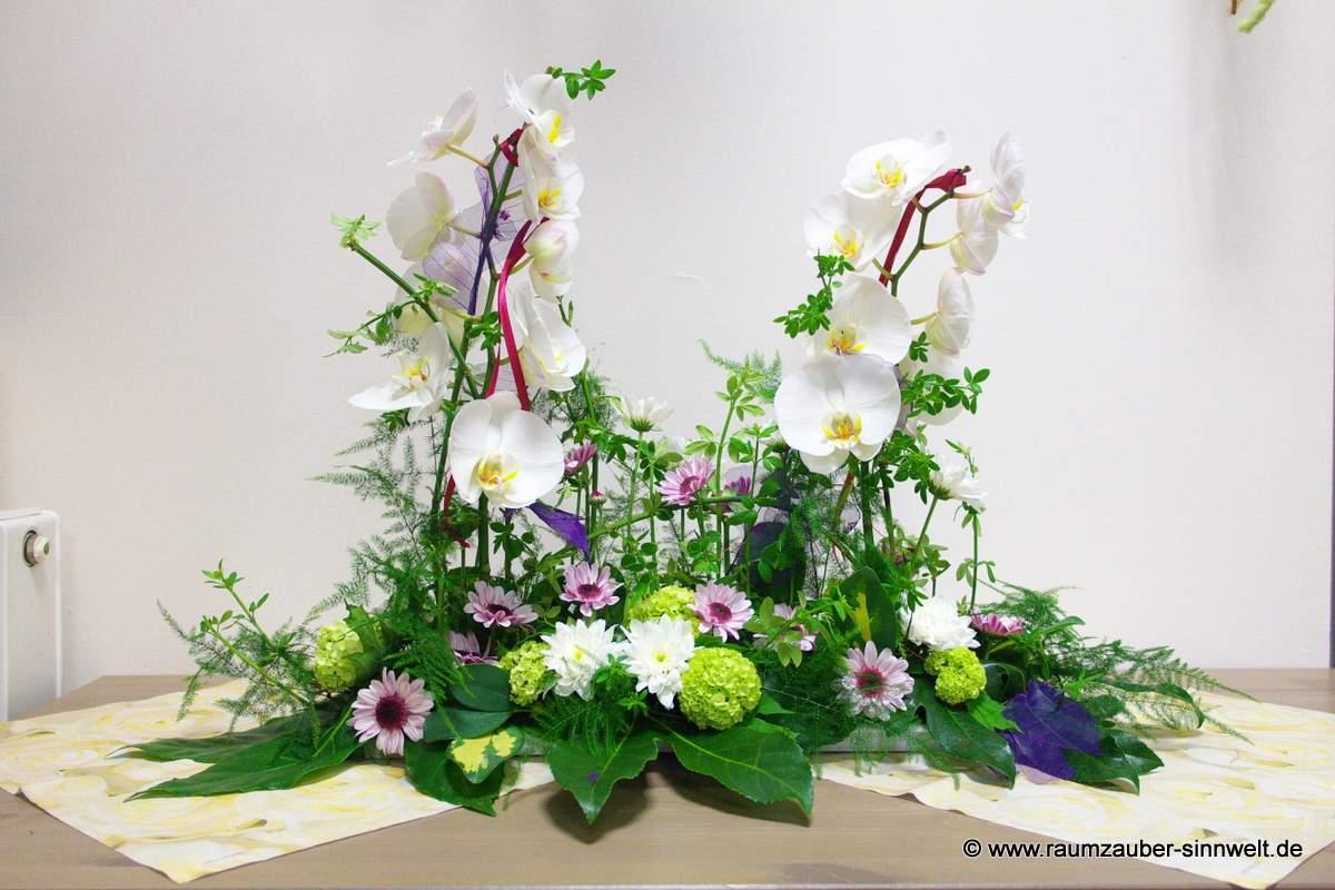 Tischdekoration mit Orchideen, Schneeball und Mummis