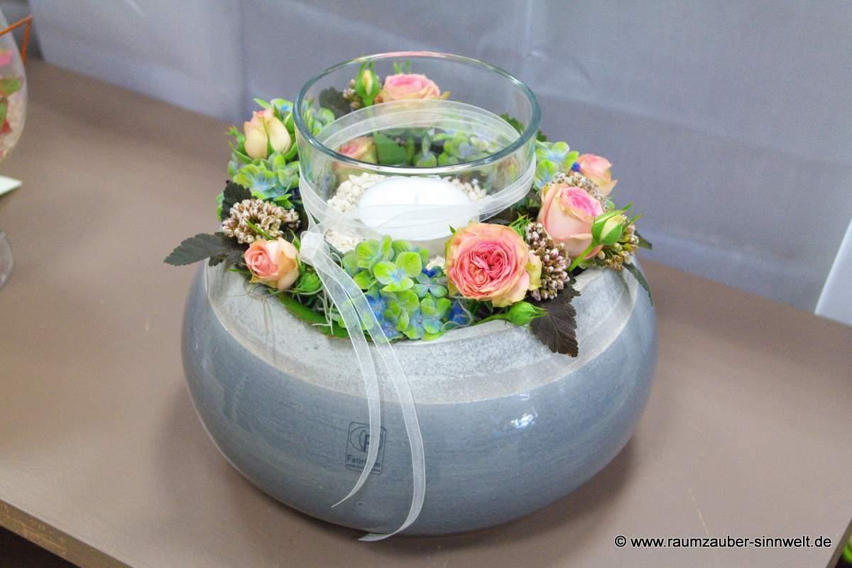 Tischdekoration mit Rosen und Kerze