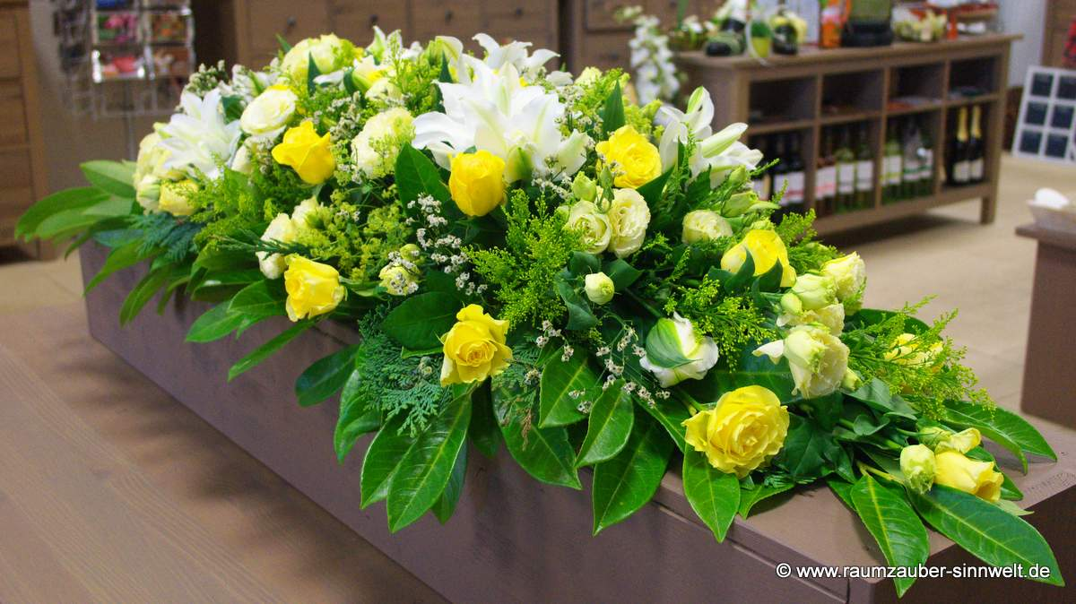 Sargschmuck mit Rosen und Lilien