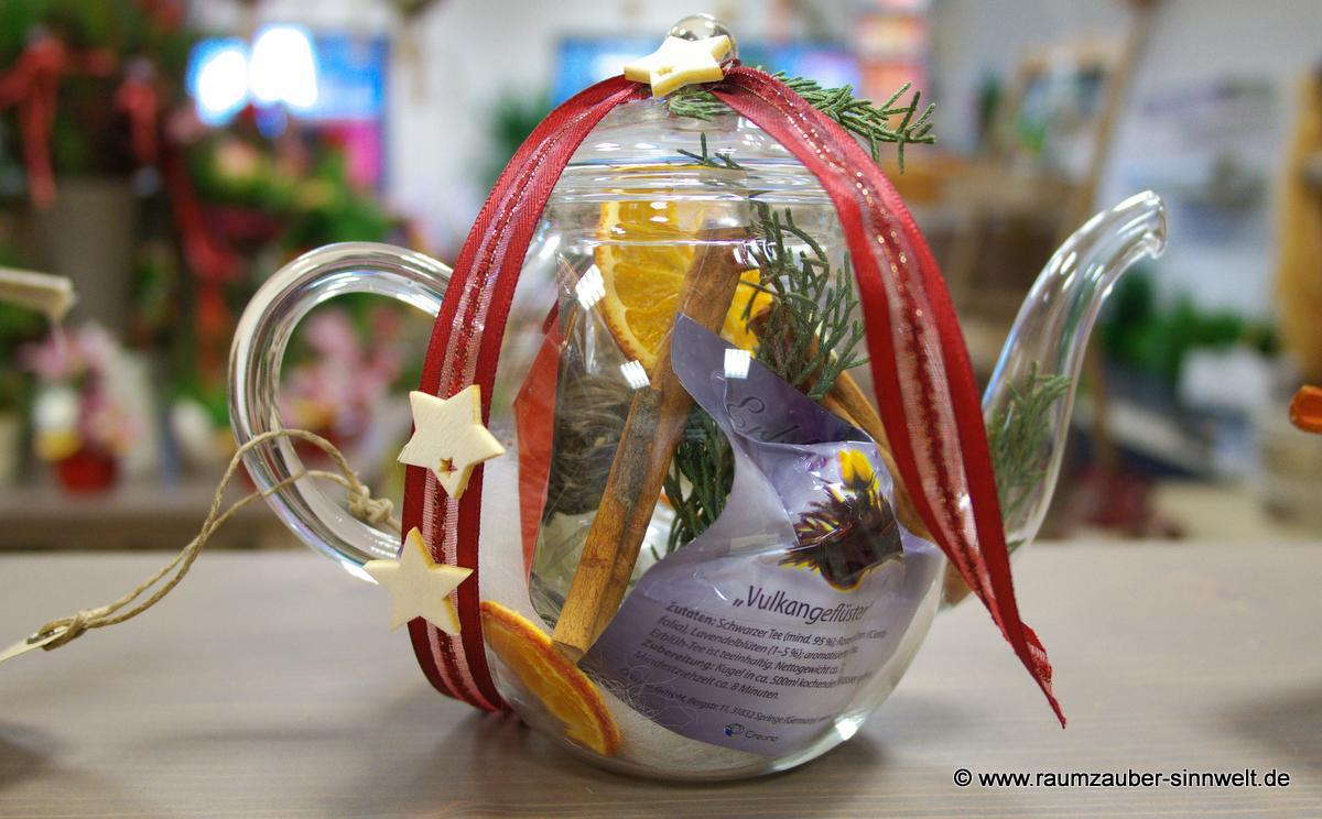 Die Geschenkidee: Creano Glaskanne gefüllt mit Erblühtee und saisonal dekoriert.