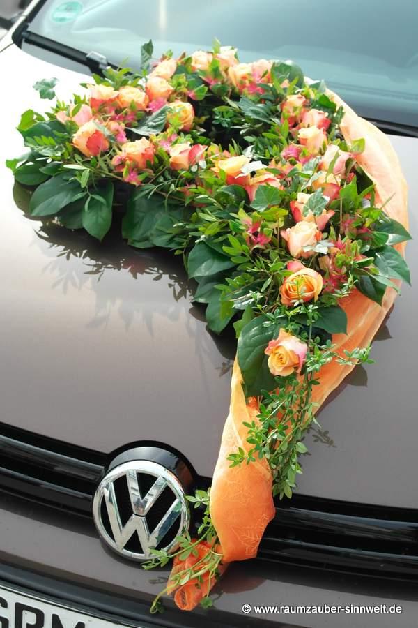 Autoschmuck mit Hortensien und Rosen