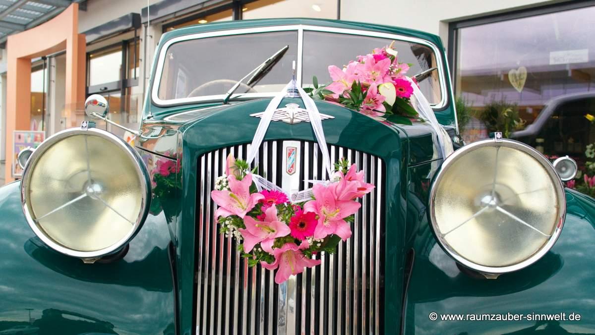 Autoschmuck mit Lilien und Gerbera