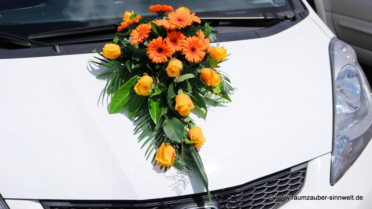 Autoschmuck mit Rosen und Gerbera
