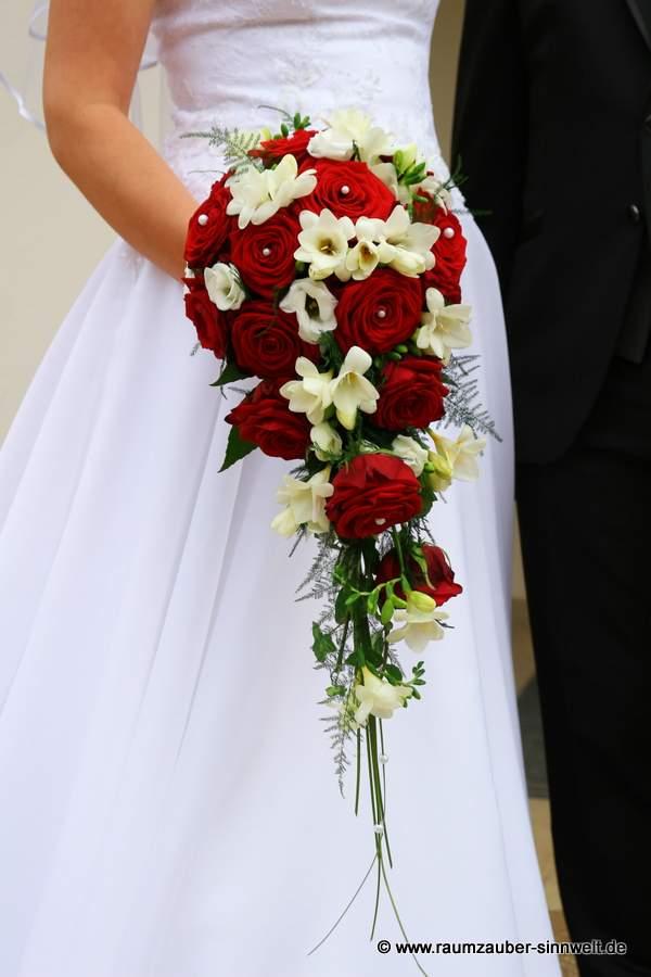 Brautstrauß mit Rosen und Freesien