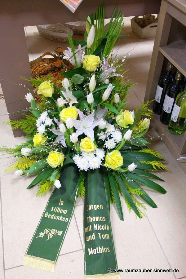 Trauergesteck mit Lilien, Rosen und Tulpen