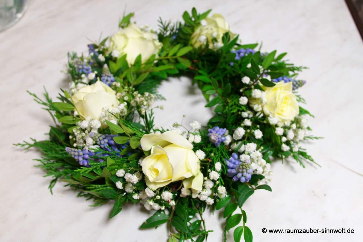 Urnenschmuck mit Rosen und Traubenhyazinthen