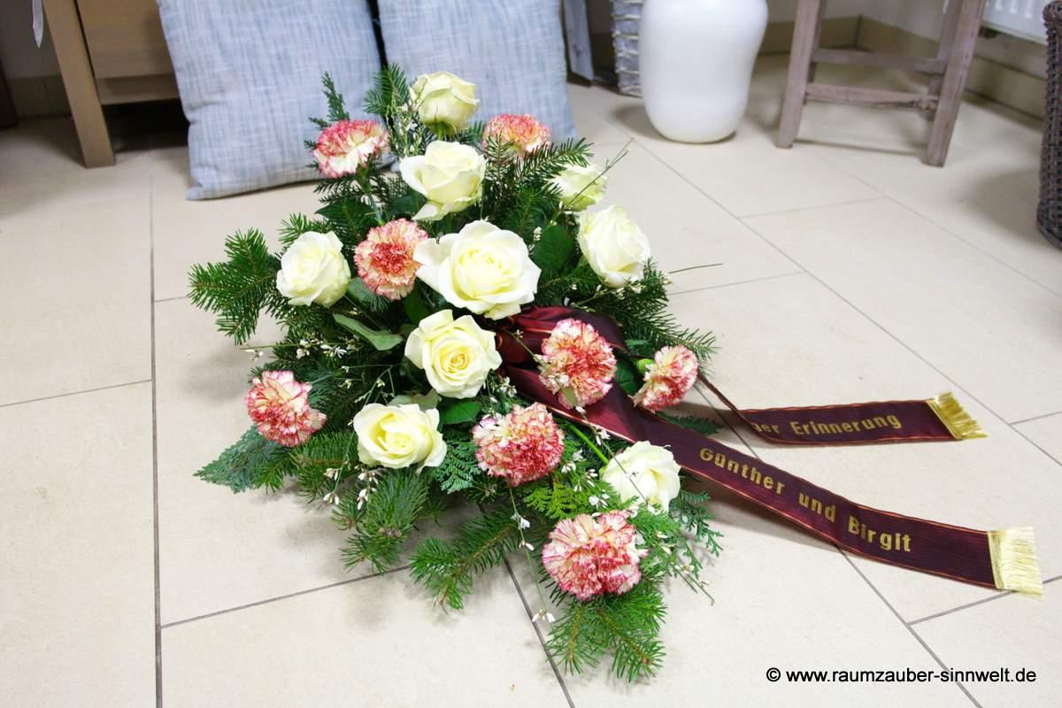 Trauergesteck mit Rosen und Nelken