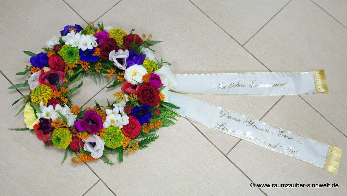 Trauerkranz mit bunten Sommerblumen
