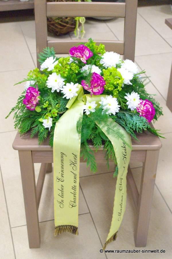 Trauergesteck mit Chrysanthemen und Nelken