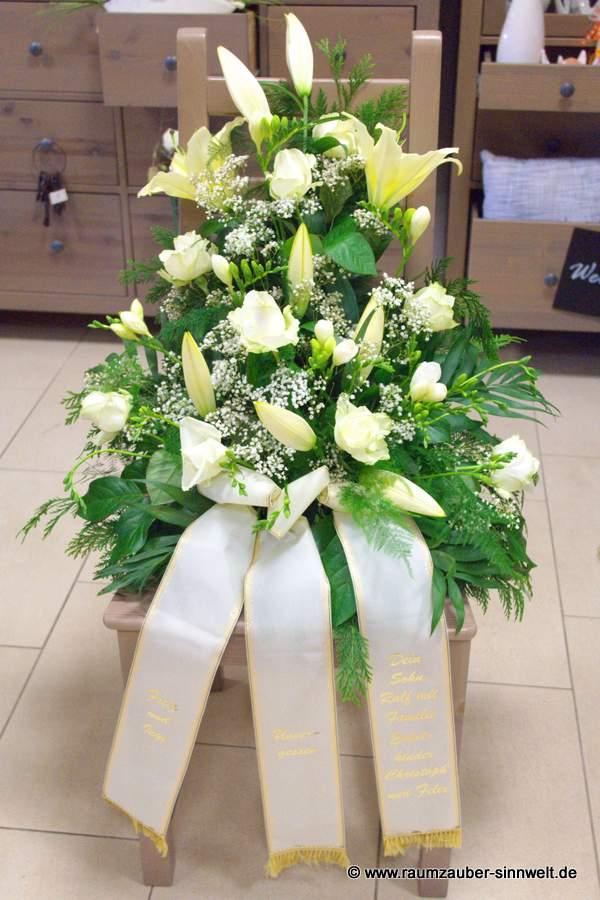 Trauergesteck mit Lilien, Rosen und Eustoma