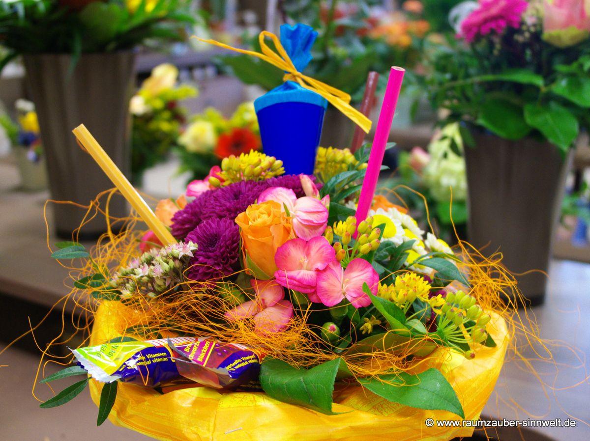 Blumenstrauß mit Stiften und Zuckertüte