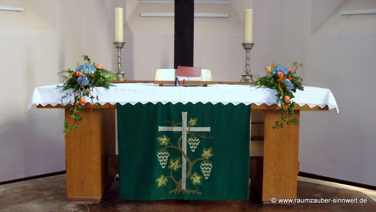 kirchlicher Altarschmuck mit Hortensien und Rosen