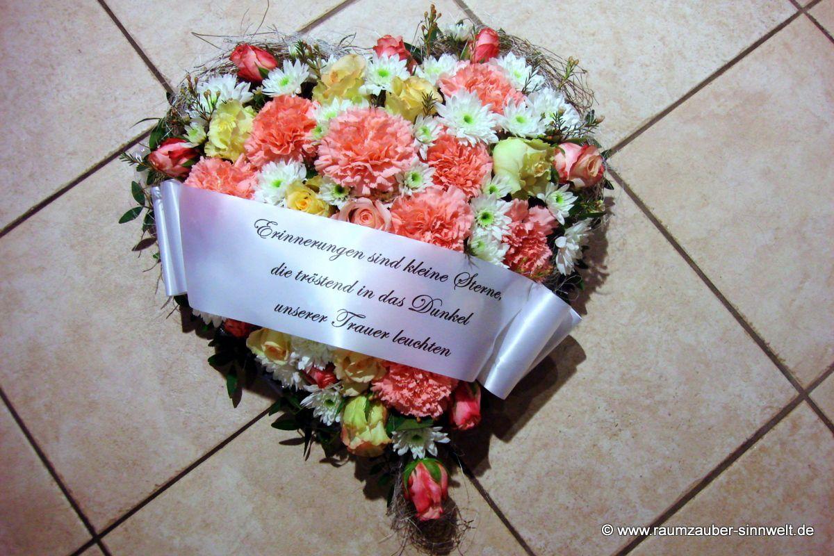 Trauerherz mit bunten Sommerblumen