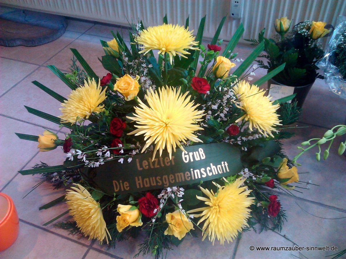 Trauergesteck mit Chrysanthemen, Rosen und Spreenelken