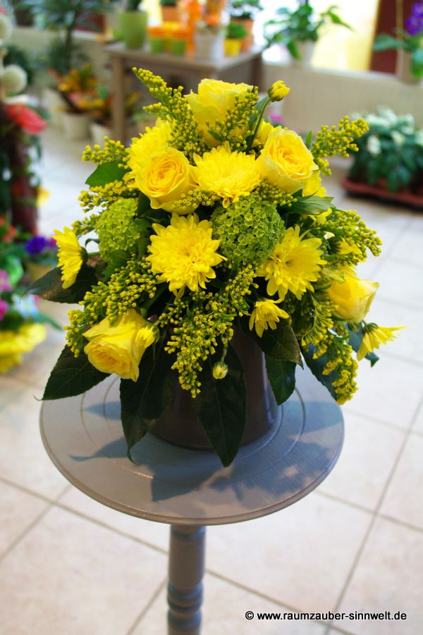 Urnenschmuck mit gelben Rosen und Chrysanthemen