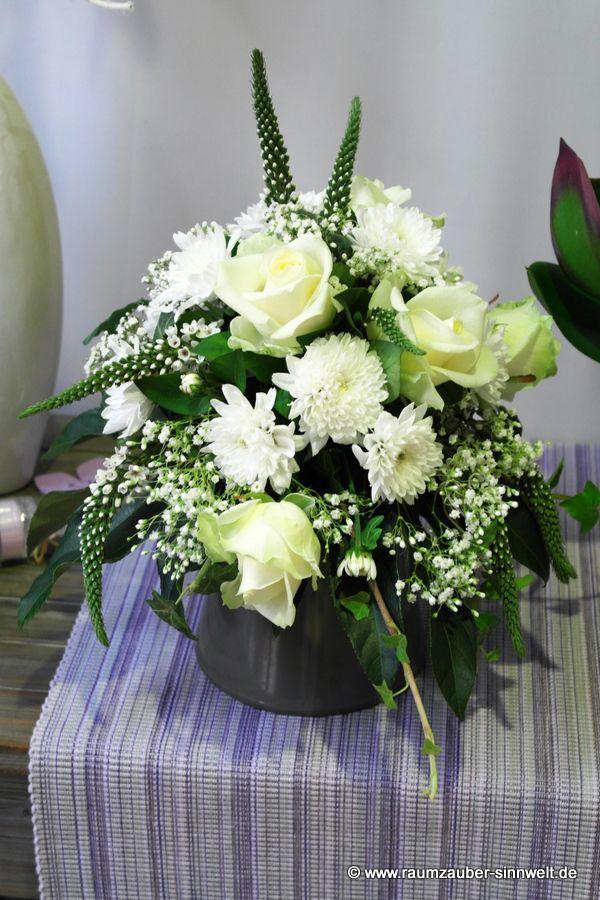 Urnenschmuck mit Rosen, Veronica und Chrysanthemen