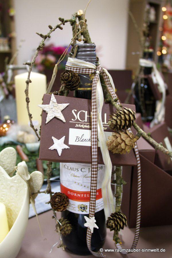 weihnachtlich dekorierte Weinflasche mit Schokolade aus der SCHELL Schokoladenmanufaktur