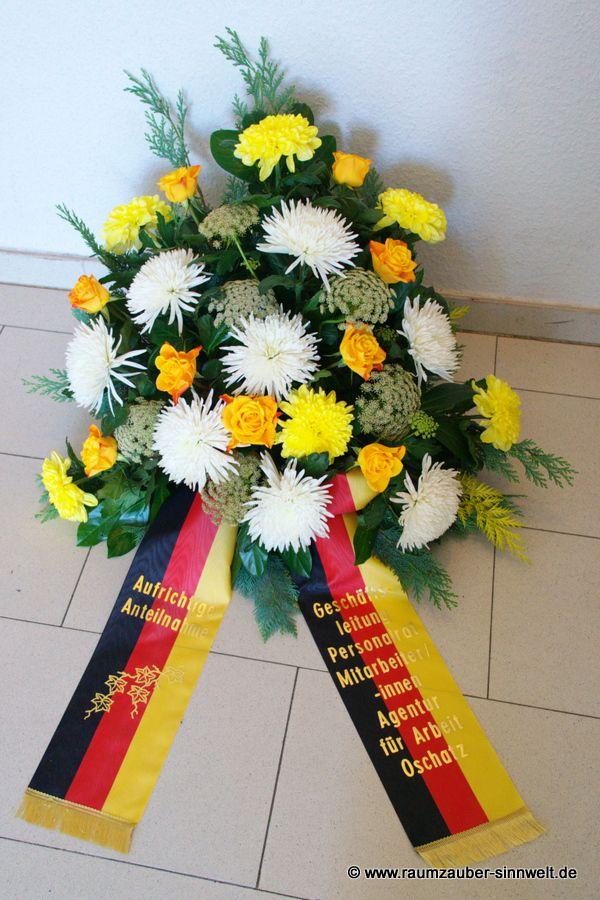 Trauergesteck mit Chrysanthemen, Dill und Rosen
