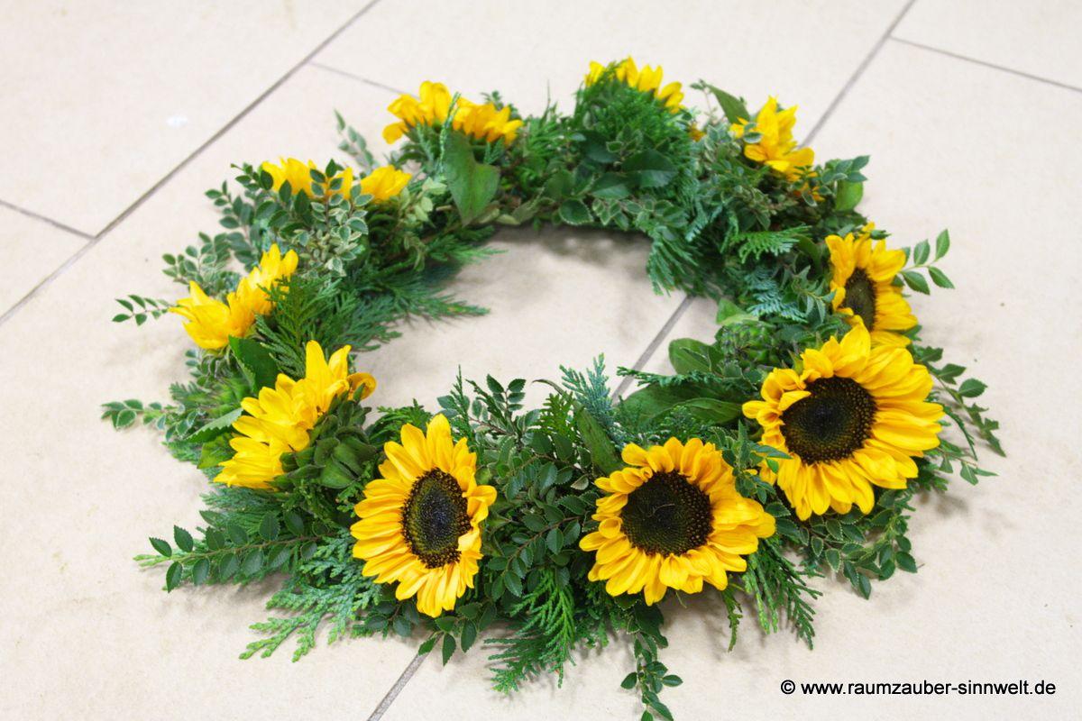 Urnenschmuck mit Sonnenblumen