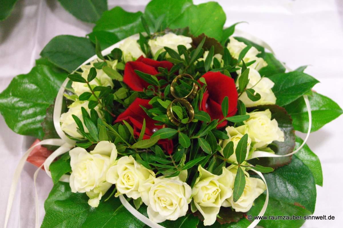 Ringkissen mit Rosen und Blättern